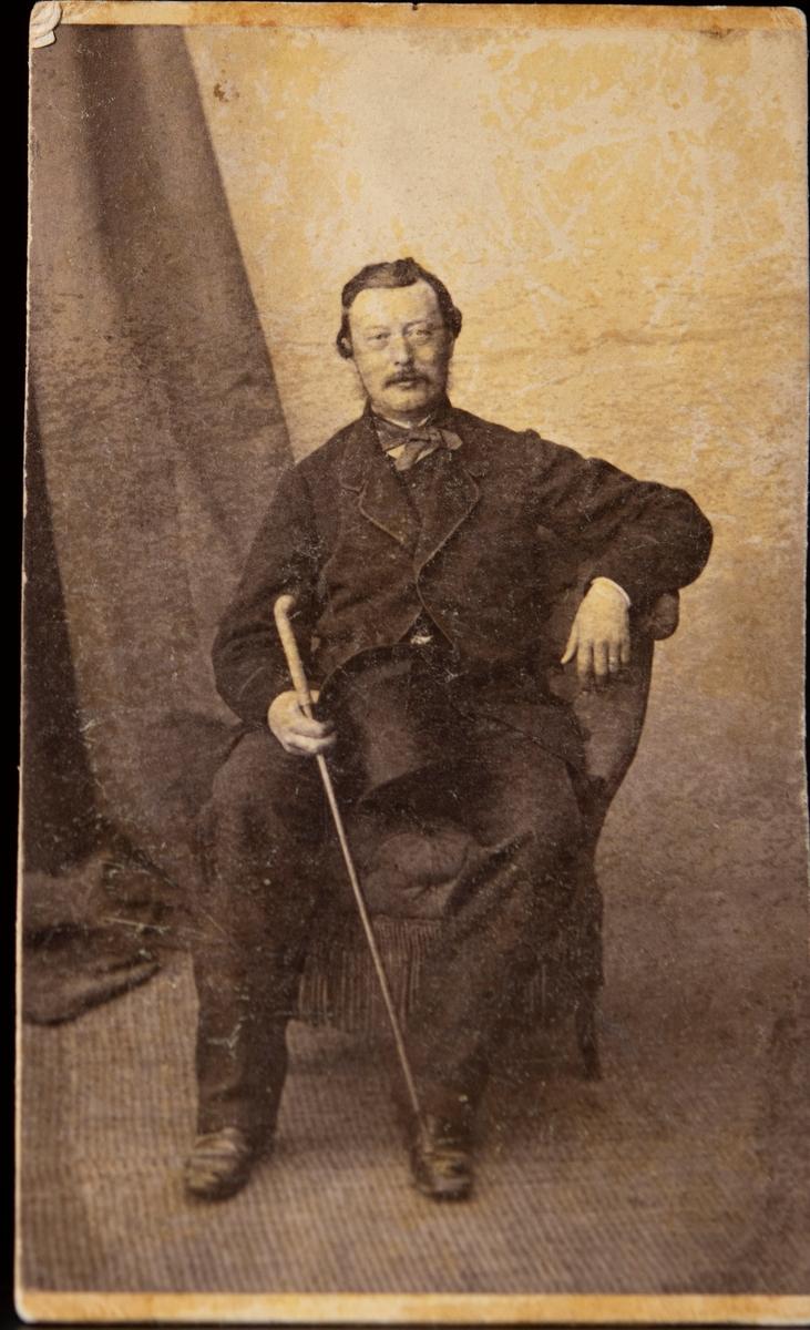 Porträtt av greven och löjtnanten Rudolf Adlersparre taget i Paris då han var 53 år.