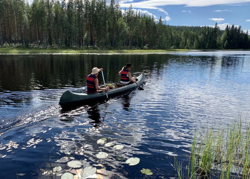 To som padler kano i elv (Foto/Photo)