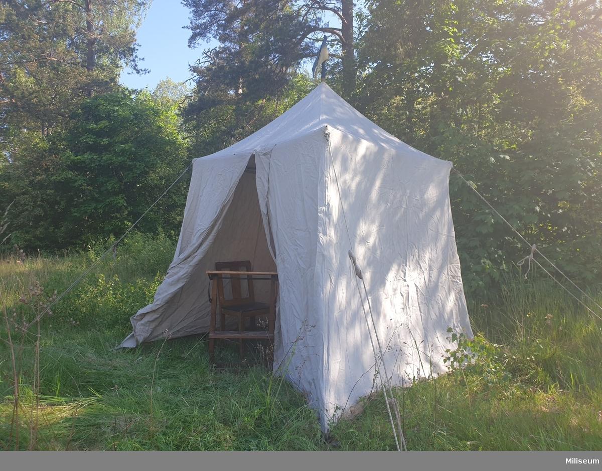 Består av tälthydda, tältstång med tvärstag, tältpinnar, klubba, vimpel, knopp.