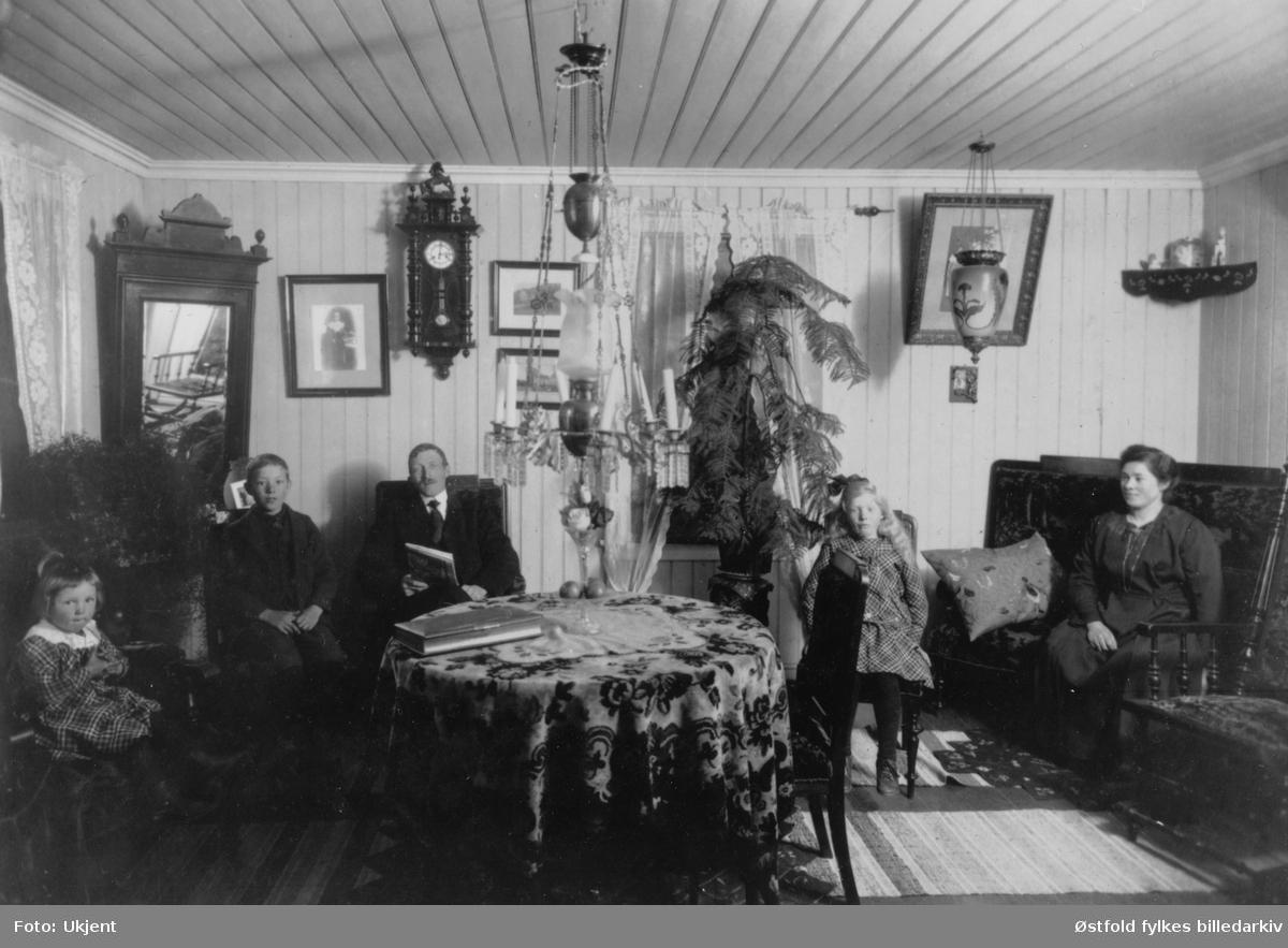 Fra kjøpmannens bestestue i Solliveien 8 i 1923 - 22. april. Fra V.: Ragnhild F.1914, Asbjørn F.1911, Marius F.1886 - far, Marie F.1920, Thora F.1890 - mor - alle Martinsen.