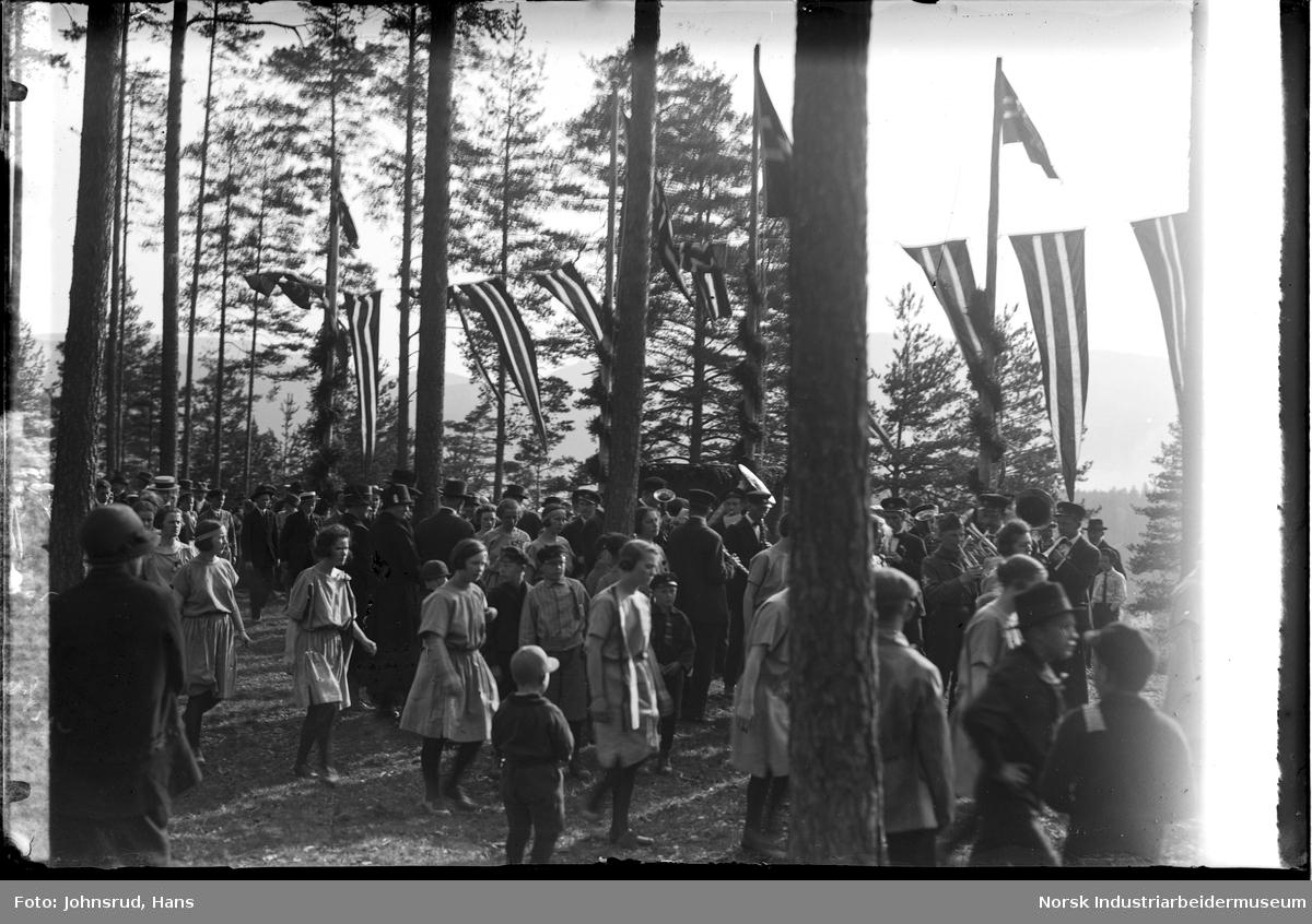 Korps spiller under 17. mai feiring i 1931. Barn samlet under vimpler og flagg.