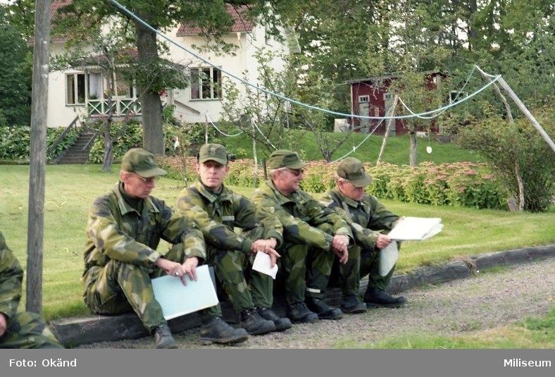 IB 12, fältövning. Officerare på genomgång.  fr.v. Major Kjell Steen, major Agne Bengtsson, kapten Claes-Göran Stelpe, Okänd.