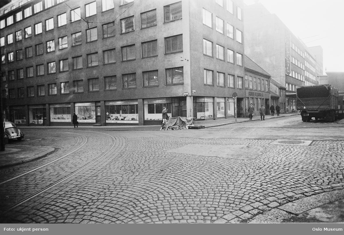 gatekryss, mennesker, biler, kontorbygninger, forretningsgårder, brostein, trikkeskinner