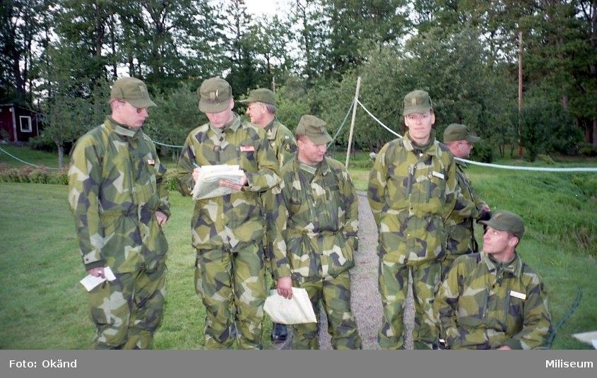IB 12, fältövning. Officerare på genomgång.  f.vr. Löjtnant Niklas Andersson?, okänd, kapten Claes-Göran Stelpe?, löjtnant Mikael Johansson, okänd, löjtnant Hans-Peter Waldener, okänd.
