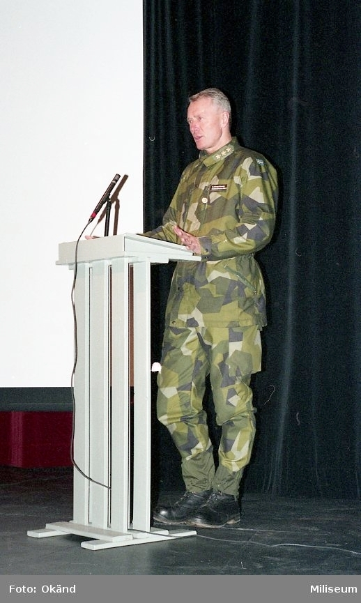 Generallöjtnant Sven-Åke Jansson på scen.