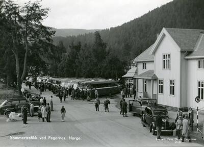 Sommertrafikk på Fagernes stasjon, ca. 1950, Nord-Aurdal. Foto: Nils Neste/Valdres Folkemuseum. (Foto/Photo)