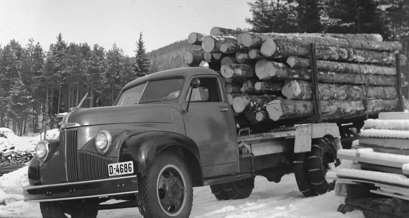 Foto av lastebil med tømmer på lasteplanet. (Foto/Photo)
