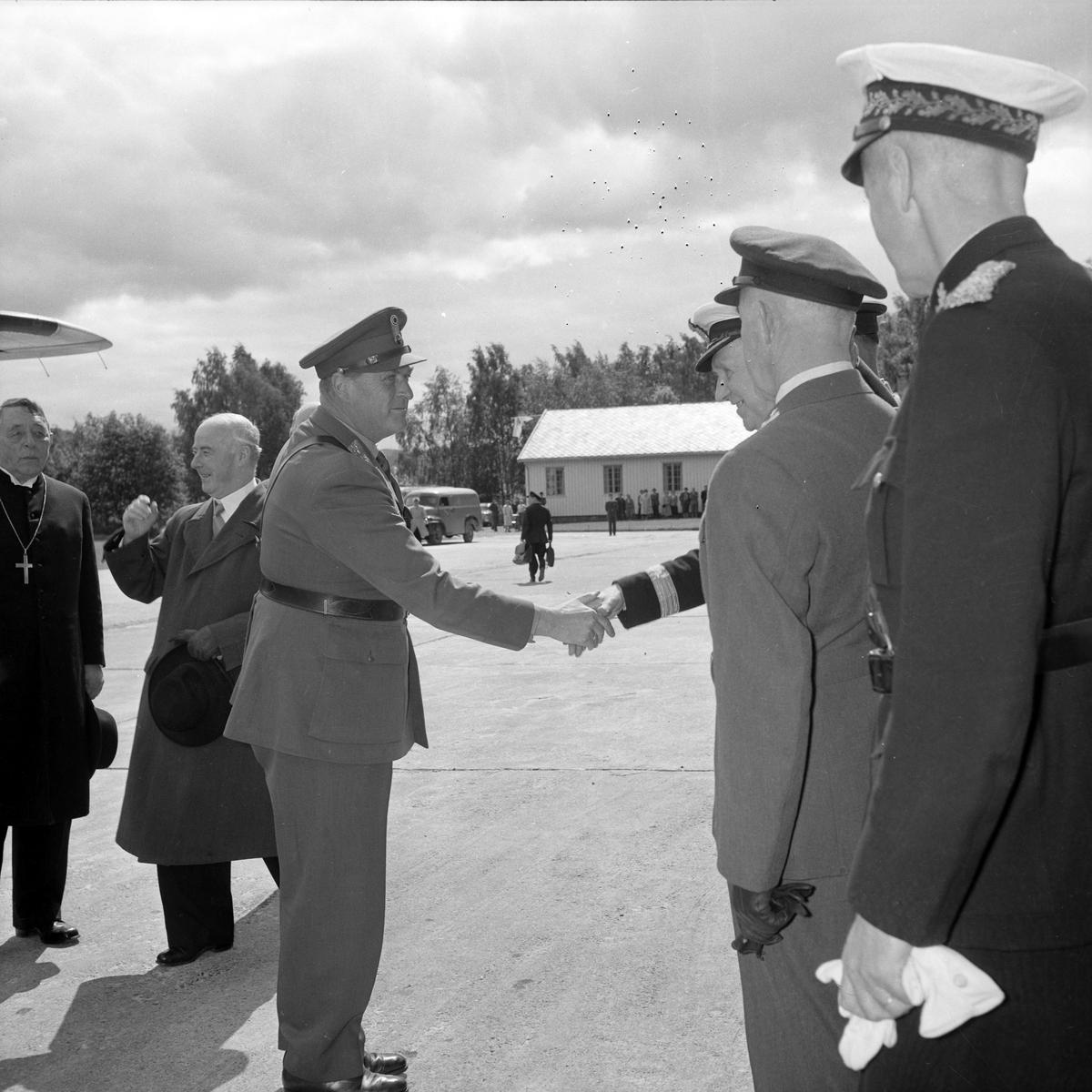 Kronprins Olav ankommer Værnes for å delta i kroningsjublileet i Nidarosdomen