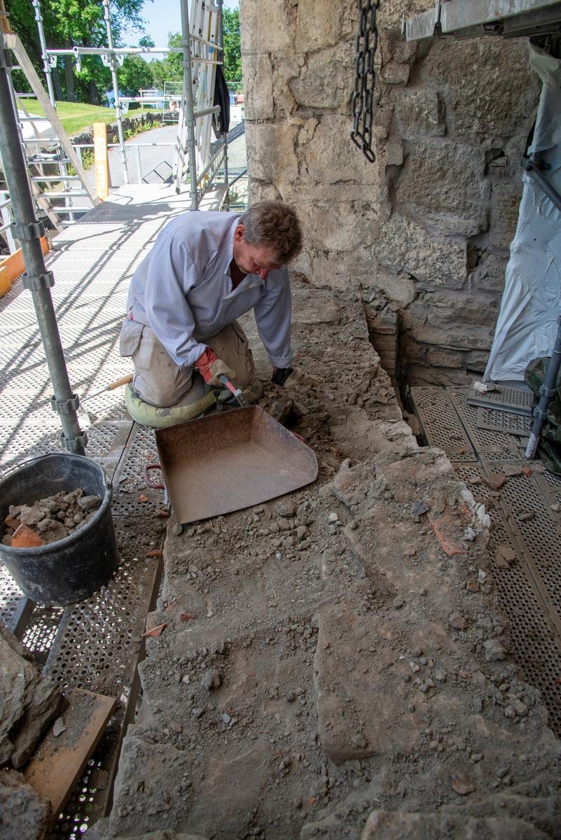 Istandsetting av mur på Storhamarlåven. Murer Tom Greve plukker nøysommelig ned sten for sten, før han til slutt skal bygge opp igjen muren.