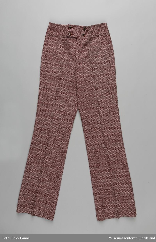 Mønstrete bukse med press, knappelukking og glidelås frå Kløver. Den er sydd i eit ull/syntetisk blandingsstoff. Frå merkelappen: Stoffet er POLYESTER/ULL. Kraftig og slitesterk kvalitet som krøller lite. Kan vaskes (finvask 35 grader) og renses.