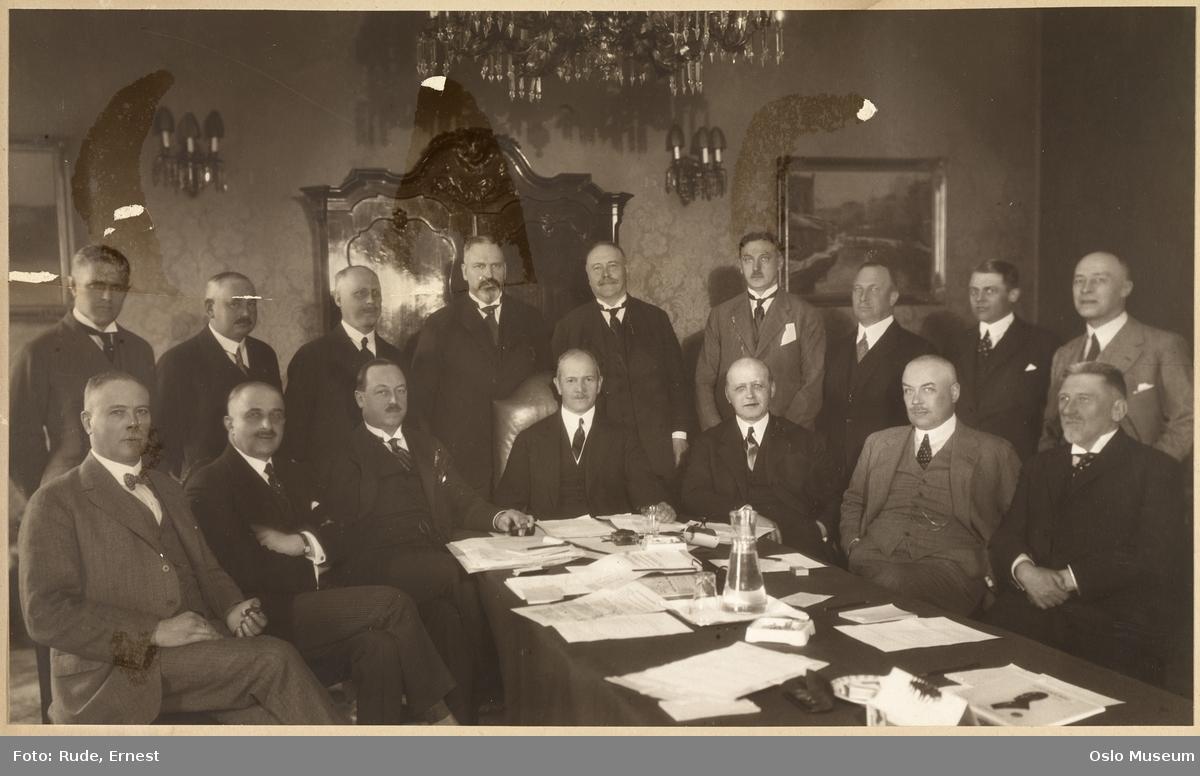 gruppe, menn, sittende og stående halvfigur, møtebord
