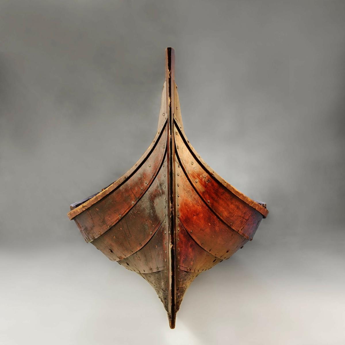 3-roms nordlandsbåt med råseil, også kalt seksring eller treroring. Båten har fire tofter og tre årepar