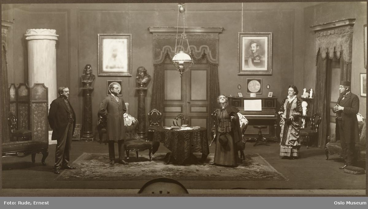 """Nationaltheatret, forestilling, scenebilde, """"Tante Ulrikke"""" av Gunnar Heiberg, menn, kvinner, skuespillere"""