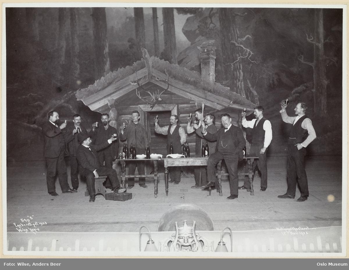 Nationaltheatret, forestilling, scenebilde, menn, skuespillere, ølflasker, ølglass