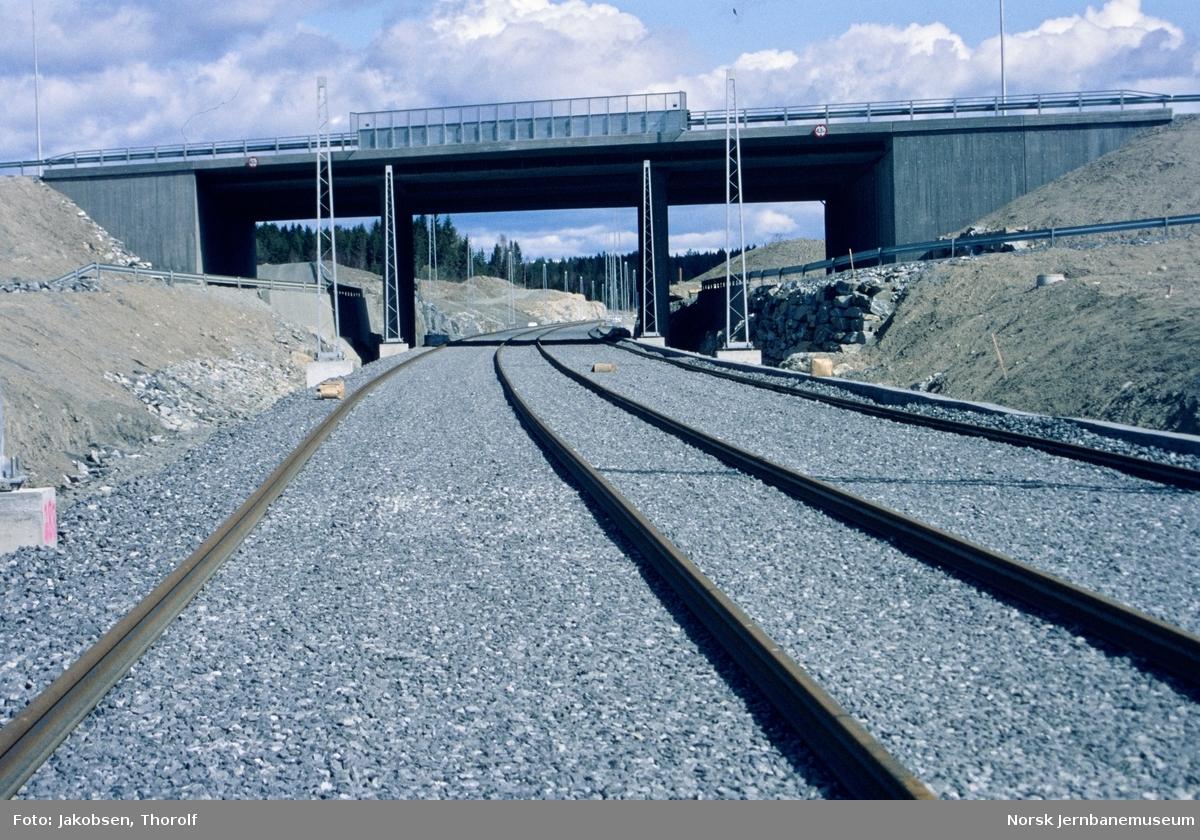 Bygging av nytt dobbeltspor på Østfoldbanen. Ny bru for E18.  Nye skinner er lagt ut