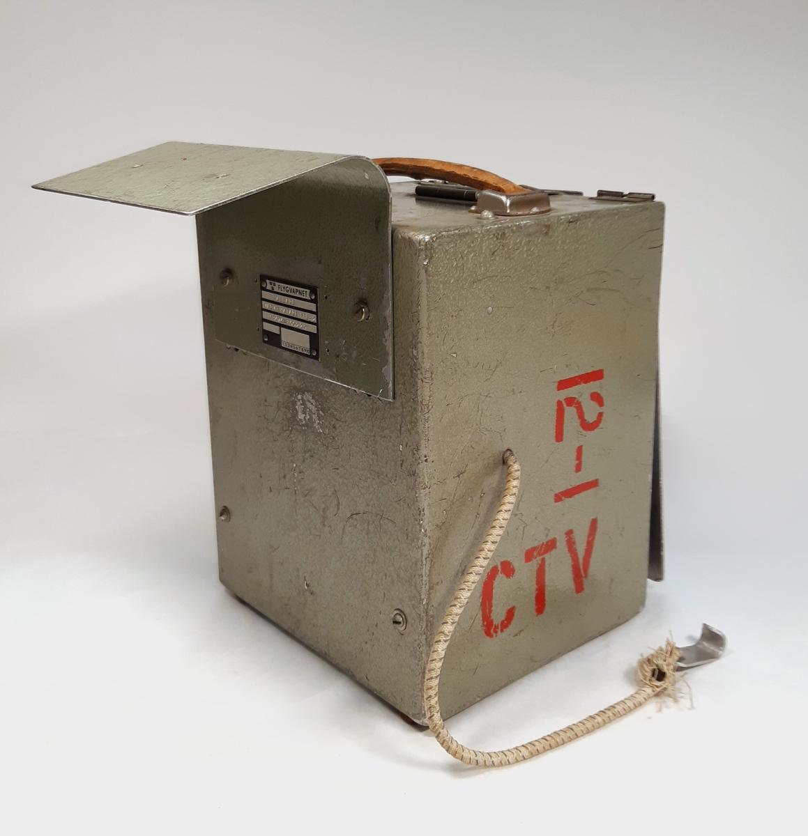 """Varvtalsmätare Fpl 32, monterad i en metallbox märkt """"12-1"""", """"CTV"""" med röda bokstäver. Medföljer en kalibreringstabell på insidan av locket, datum-märkt: """"27 MRS. 1968""""."""