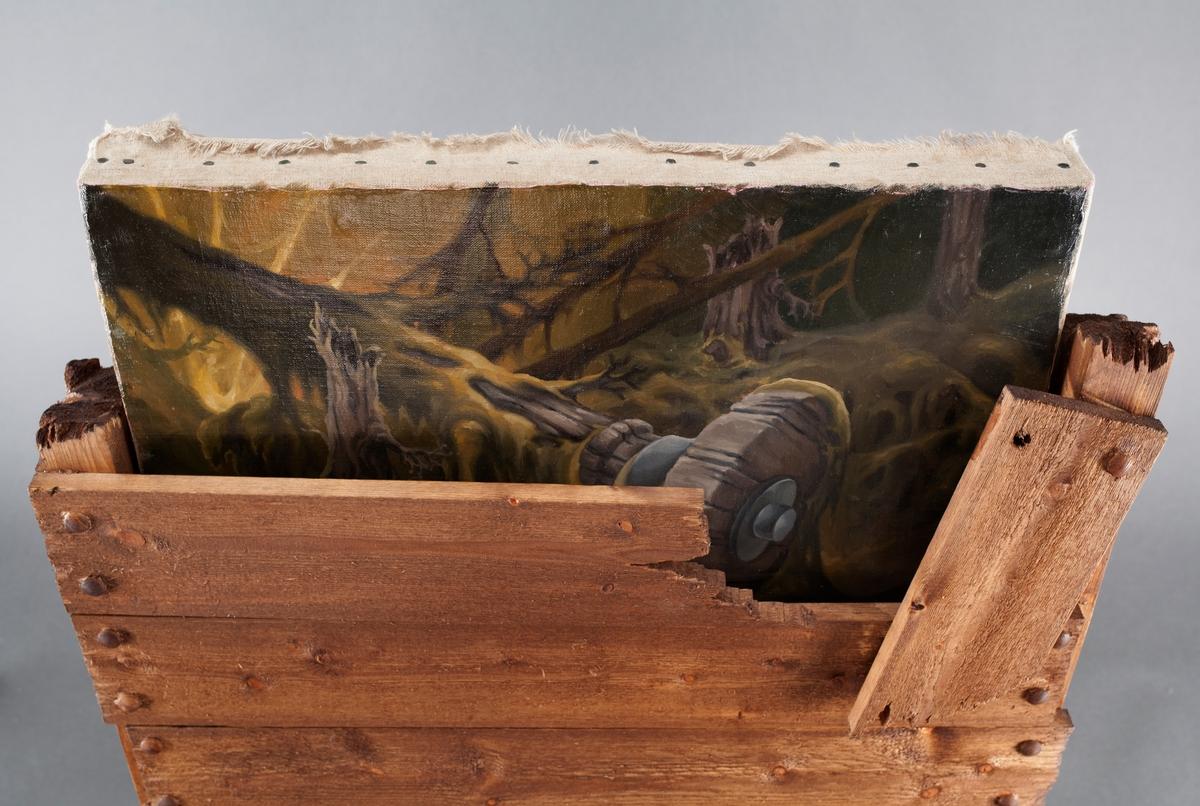 Objekt bestående av et oljemaleri med skogmotiv som stikker opp fra en ødelagt fraktkasse. Kassen står på to dyrelignende bein. En mosegrønn tekstilmasse med hvit blondekant tyter ut fra nedre del av kassen. På baksiden er kassen åpen og festet til to vinklede støtter i tre.