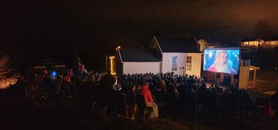 Utekino med publikum i mørket og julenissen på lerretet. Foto/Photo