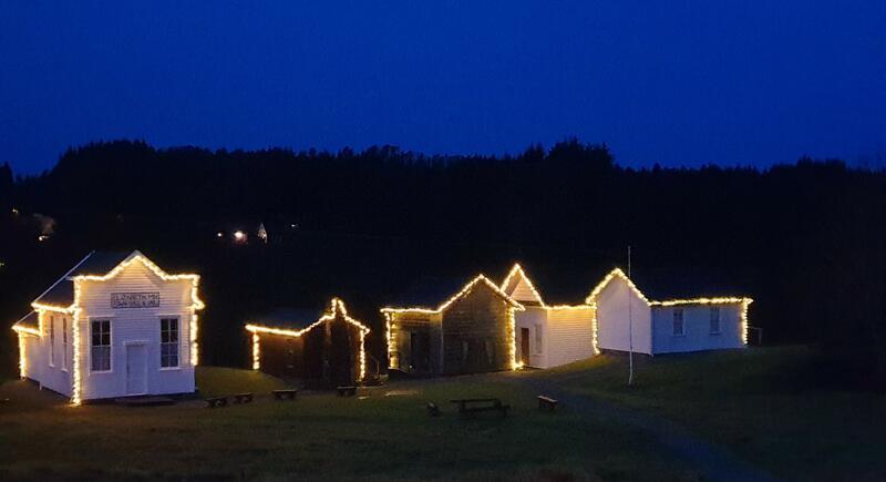 Prærielandsbyen i vintermørke med silhouett av lys (Foto/Photo)