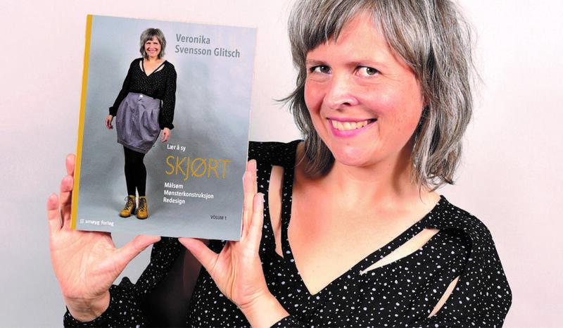 Veronika Svensson Glitsch viser fram sin nye bok «Lær å sy SKJØRT - Målsøm, Mønsterkonstruksjon, Redesign» (Foto/Photo)