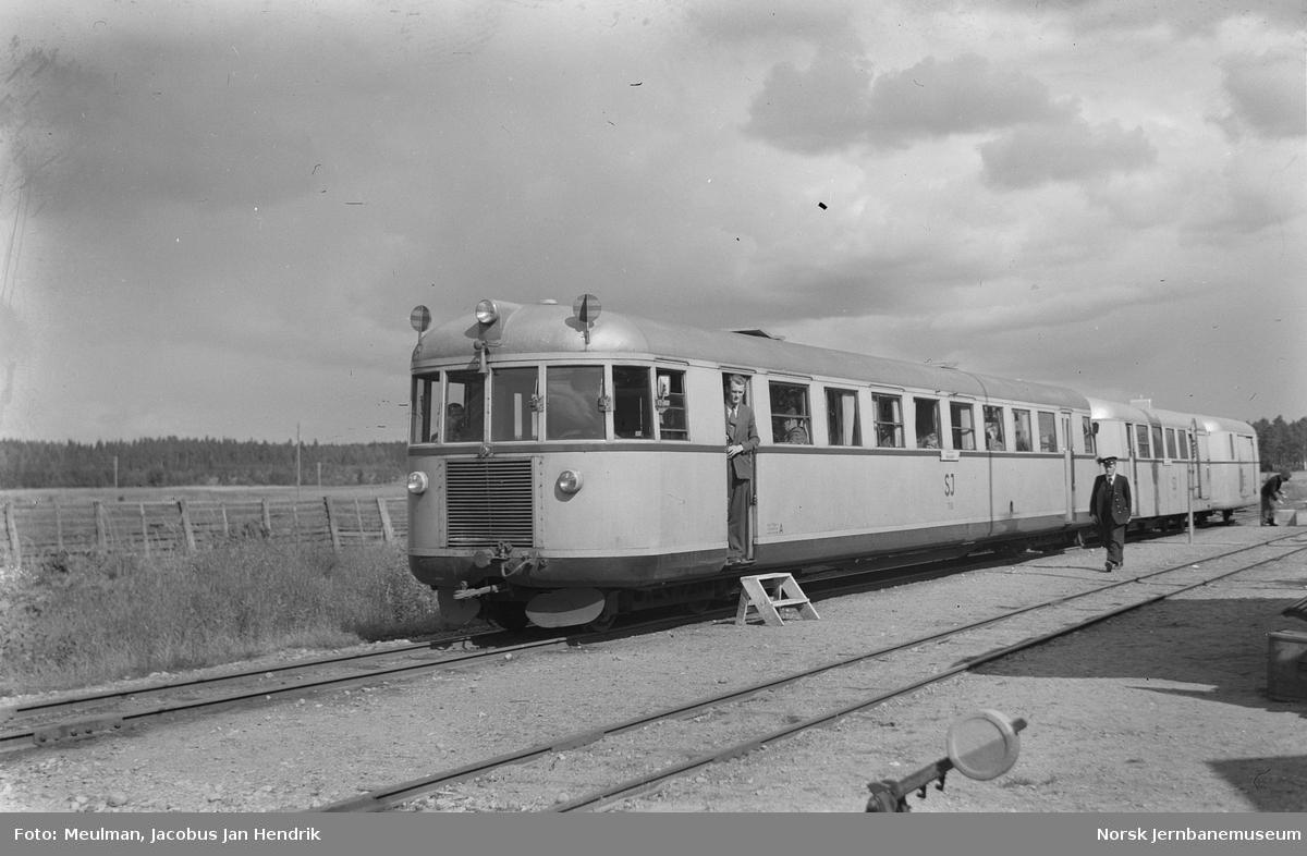 Statens järnvägars motorvogn litra Yo4p nr. 710 for 891 mm sporvidde med persontog fra Gårdsjö til Mariestad på Fagelid stasjon