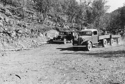 Burfjord august 1937, en lastebil med henger er fylt med ste