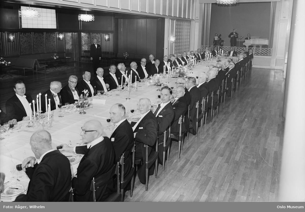 Andvake forsikringsselskap, 100-årsjubileum, festmiddag, langbord, oppdekning, menn, scene, orkester