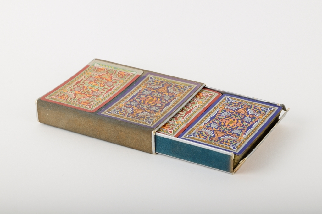 "To kortstokker i original eske. Et kort med regler for ""kontraktbridge"" ligger også i esken."