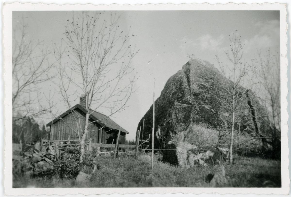 Flyttblock nära Hummelsta borg, Tillinge socken, Uppland