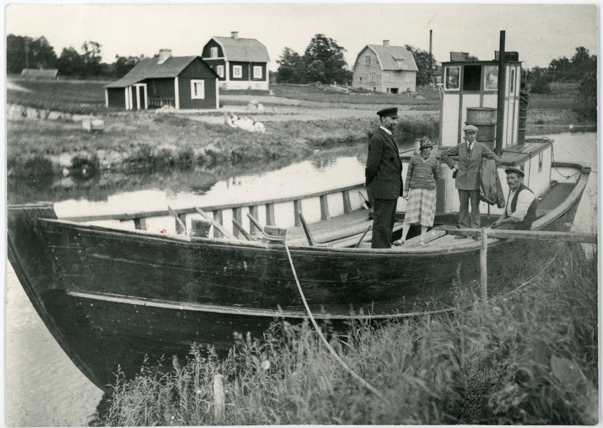 Motorfartyget Davida av Åkersbro nedanför slussen i Åkers kanal, Uppland 1925