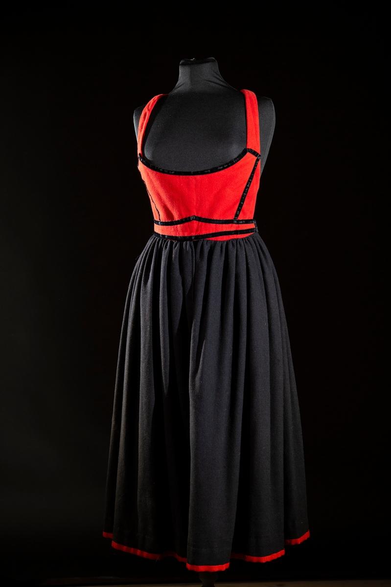 Dräktkomposition, svart livkjol med fastsytt liv av röd flanell.