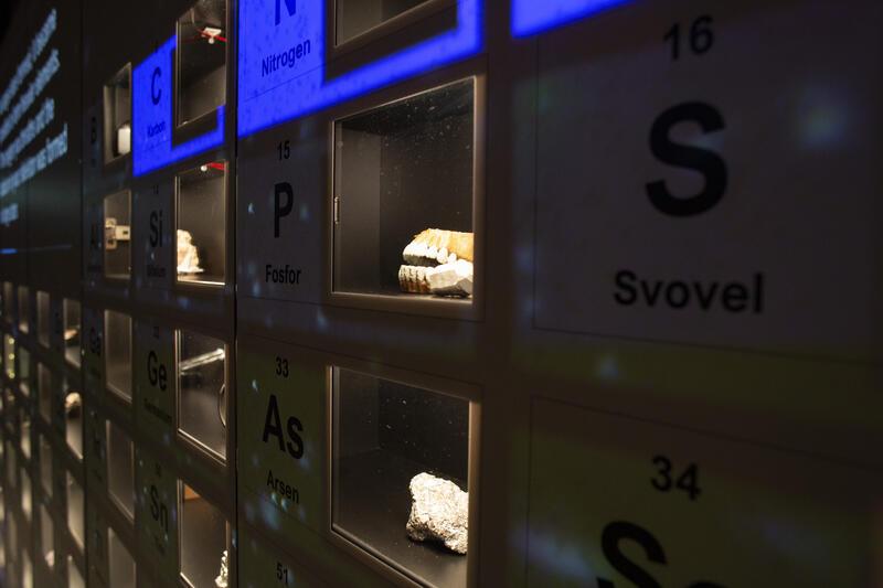 Små vinduer med 118 ulike objekter som viser hva grunnstoffenes bruksområder, i periodesystemet (Foto/Photo)