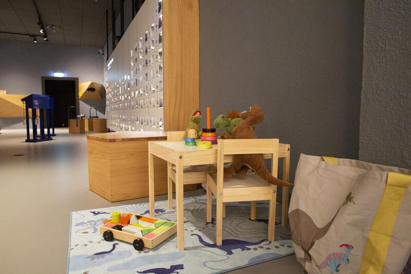 Bildet viser små barnemøbler og kosedyr i Geolaben (Foto/Photo)