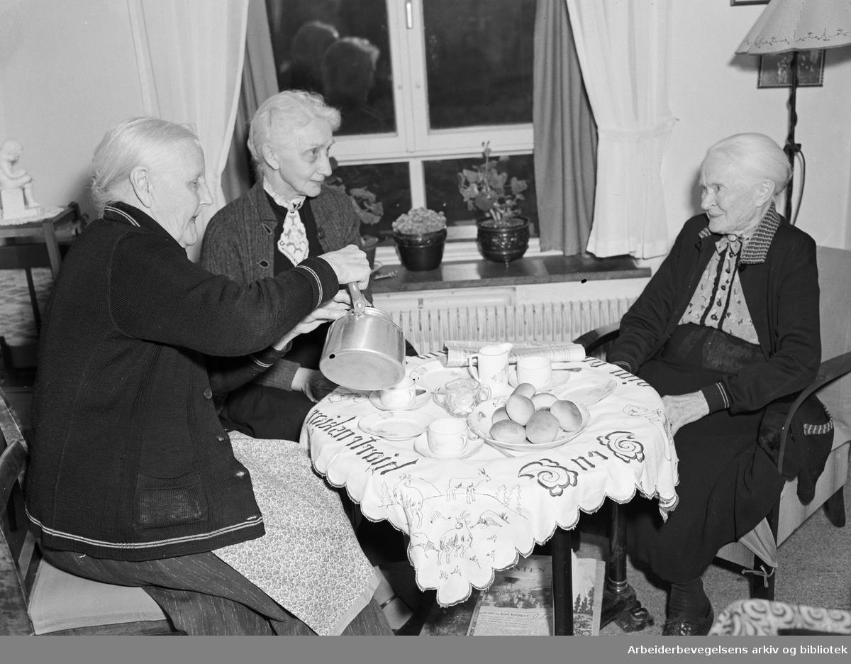 Kaffeservering på Tåsen gamlehjem. 1948.