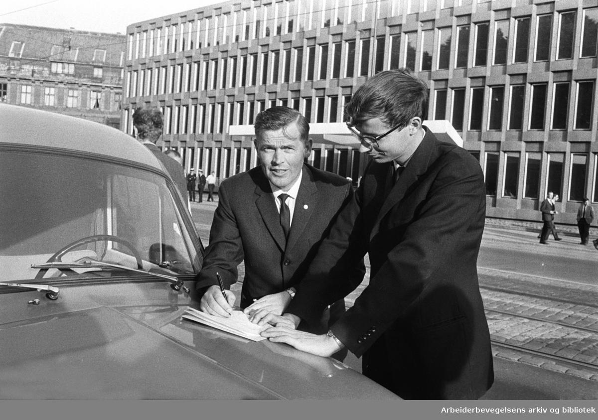 Demonstrasjon mot USA's krigføring i Vietnam utenfor Den amerikanske ambassade på Drammensveien (Nå Henrik Ibsens gate) i Oslo. 4. juli 1966. Thorbjørn Berntsen og Tor Bjerkmann.