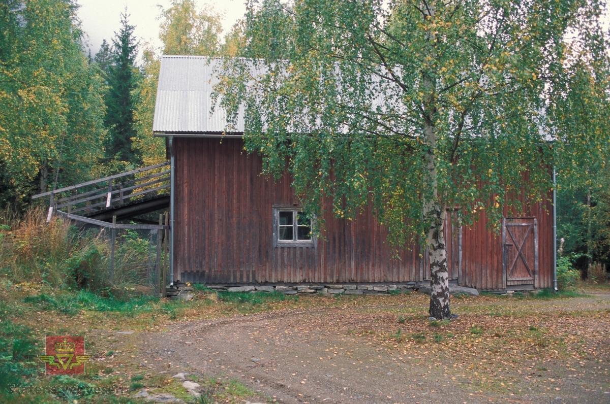 """Bilde 1)  Låve/fjøs fra 1920 i Limannvik  ble flyttet til Gosen på Norsk vegmuseum. Åpningen av Gosenanlegget var 19. juni 1993. Her er fjøsbygningen slik den står i dag. Foto: Ole Arvid Flatmark.  Bilde 2) Gosen plantegning  låven/fjøset.  Bilde 3) Bilde viser hvor bygningen stod i Limannvik  Lierne, Nord-Trøndelag, før flytting til Norsk vegmuseum. Foto: Aslak Stø.   Bilde 4) Låven/Fjøset i Limannvik Lierne, Nord-Trøndelag, før flytting til Norsk vegmuseum. Foto: Aslak Stø.  Bilde 5) Bilde av interiør i låve/fjøs før flytting til Norsk vegmuseum. Foto: Aslak Stø.  Bilde 6) Låven/fjøset ble transportert på lastebil til Norsk vegmuseum. På bildet står Asbjørn Aspnes og Rolf Buknotten sammen med Per Stø helt til venstre, i midten Aslak Stø med blå vest og helt til høyre lastebilsjåfør Arne Rønningen. Ansvarlig for riving og transport  var Aslak Stø med bistand av Mads Almaas.  Bilde 7) Bilde viser låven på Gamle Gosen, Lierne i Nord-Trøndelag. Fra venstre med hatt: Mads Almaas, videre Jonar Aamo og Sten Olav Ringstad i orange vegvesen overaller. Per Stø står med ryggen til.   Bilde 8) På Gamle Gosen, Lierne i Nord-Trøndelag: Fra venstre: Jonar Åamo, Sten Olav Ringstad og museumsdirektør Geir Paulsrud.   Ref. til """"Meddelelser fra Vegdirektøren"""", Nr. 9-1933. Veivokterboliger i Nord-Trøndelag."""
