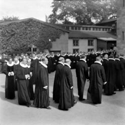 Kirkejubileet 1953. Presteprosesjon og samling på Vestfrontp