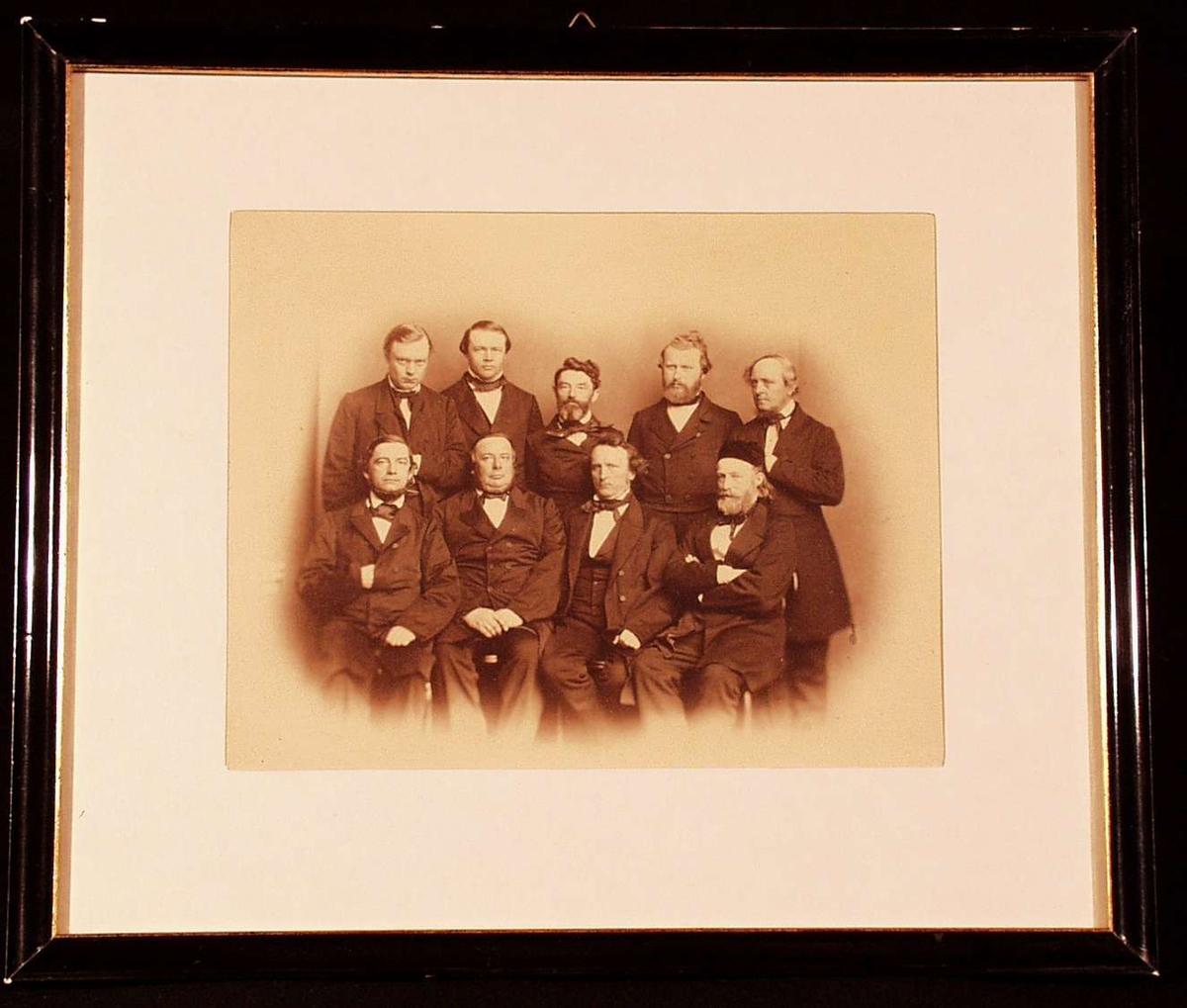 Gruppebilde av stortingsmenn, Kristiania, 22 mai 1863. Nederste rekke fra venstre: Sverdrup, Blom, Essendrop, Danielsen.   Stående fra venstre: Daae, Richter, Johan Sverdrup, Steen, Krognes.