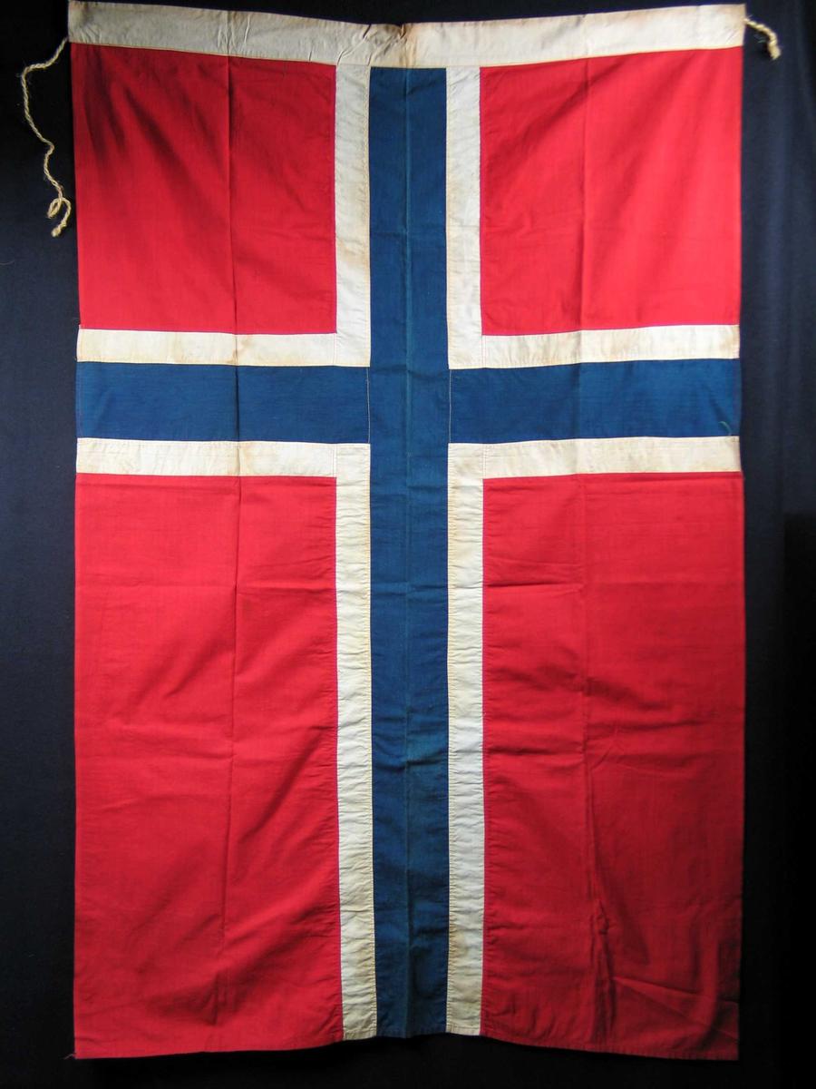 Maskinsydd norsk flagg i bomull. Hyssingoppheng.