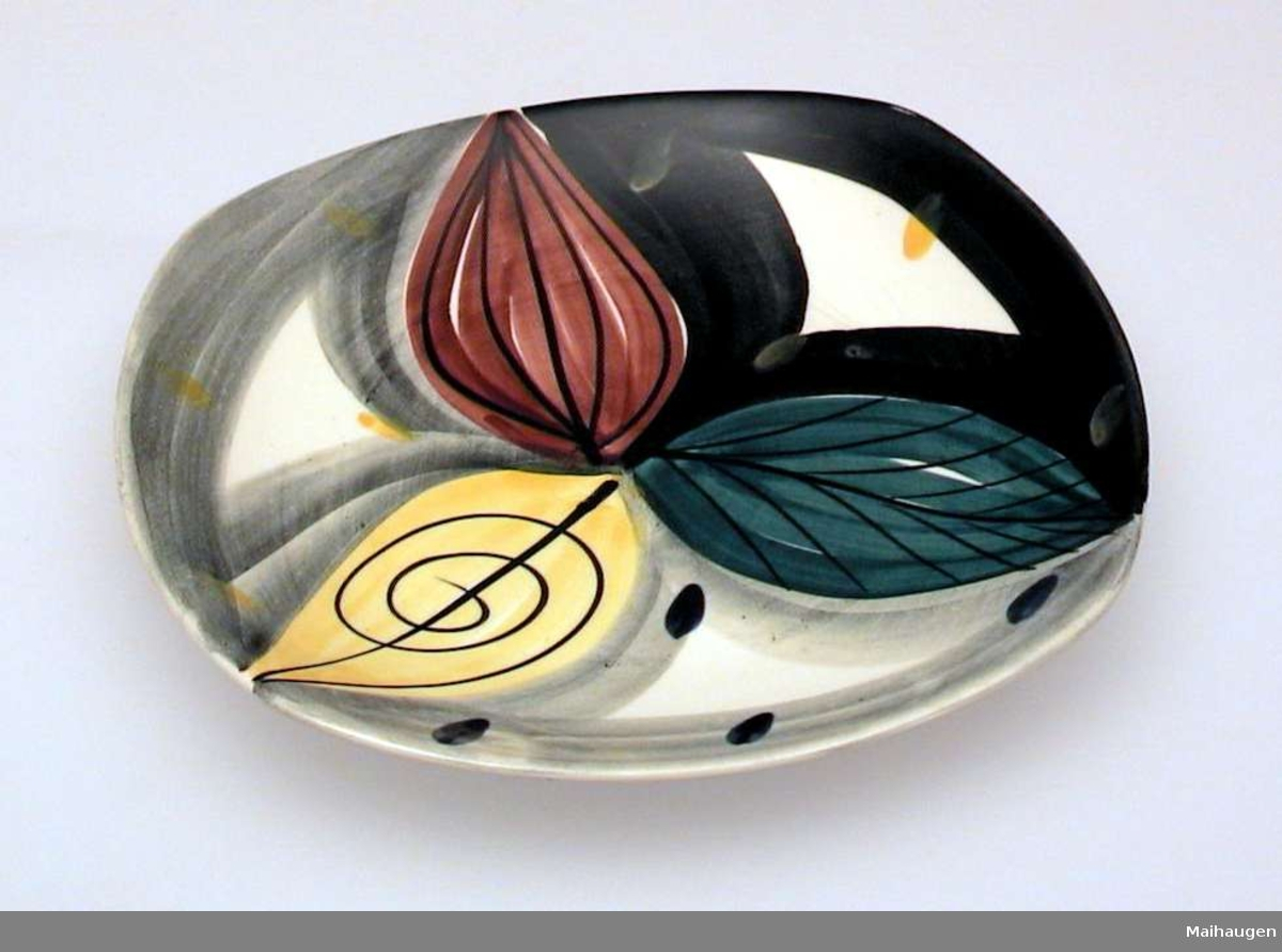 Tallerken i keramikk med firkantet form og malt dekor.