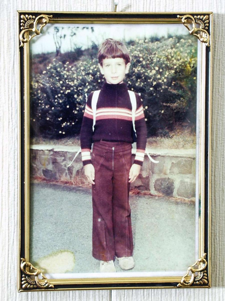 Gutt med stripete genser og slengbukse.