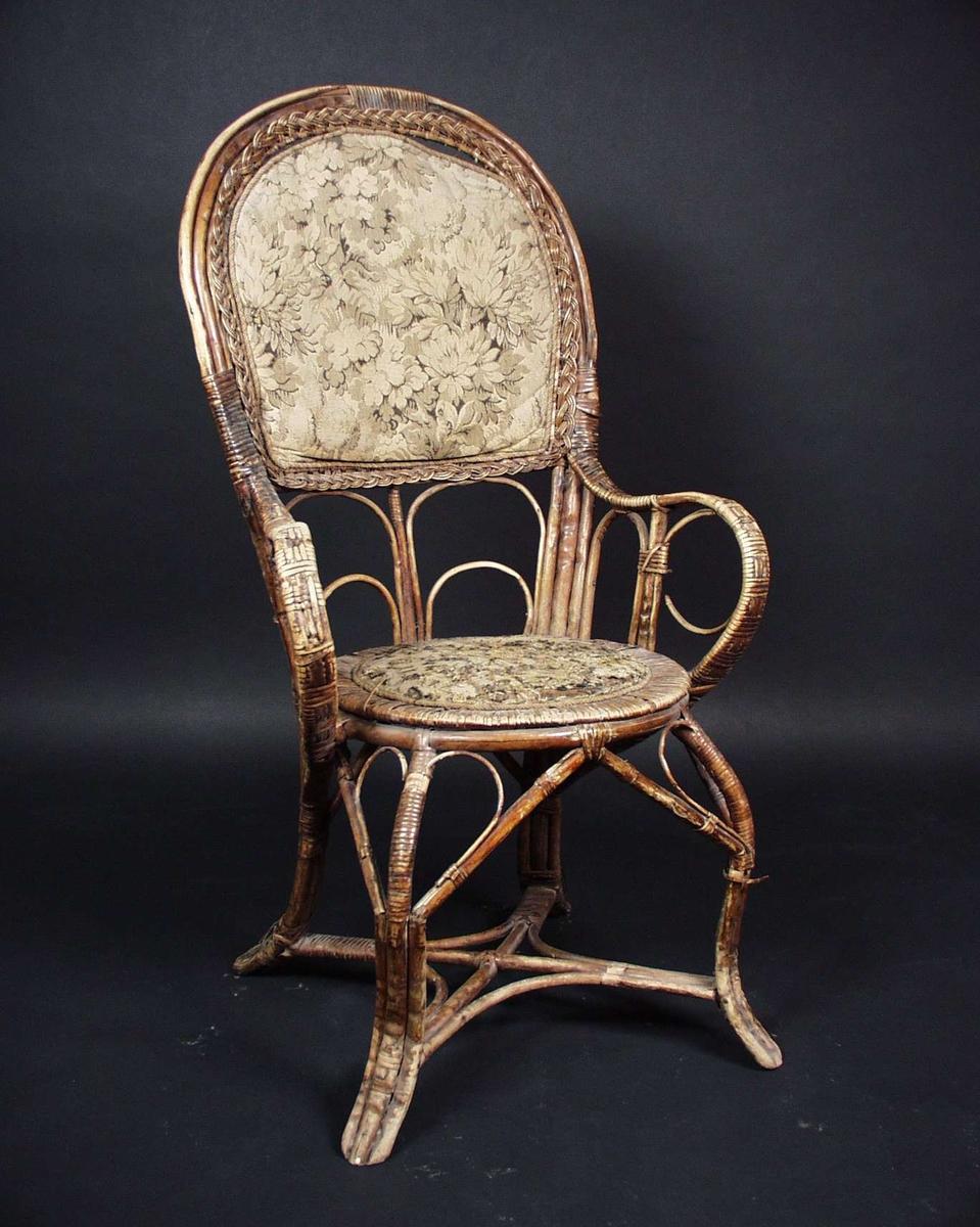 Kurvstol i bambus og rotting med mønstret tekstil i sete og rygg.