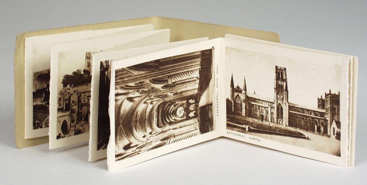 En folder med 12 sort/hvite fotografier med forskjellige motiver fra Durham. Folderen ligger i en brun konvolutt.