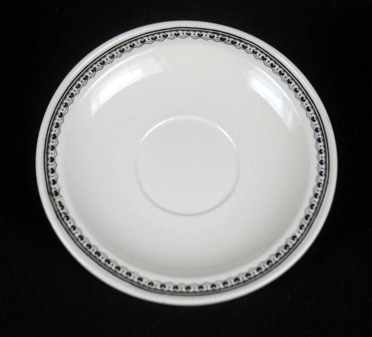 Tefat i offwhite keramikk med sort dekor.