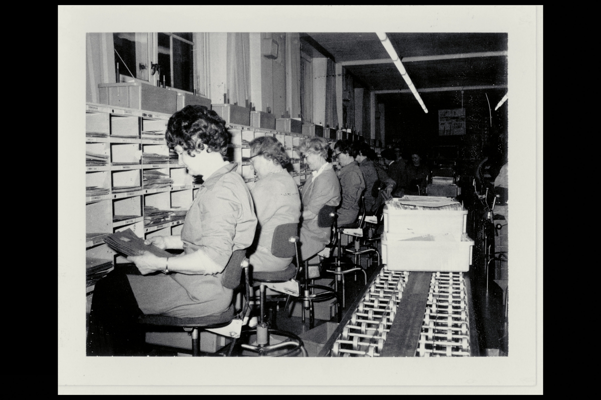 interiør, brevavdelingen, damer, sortering av post, post på rullebånd