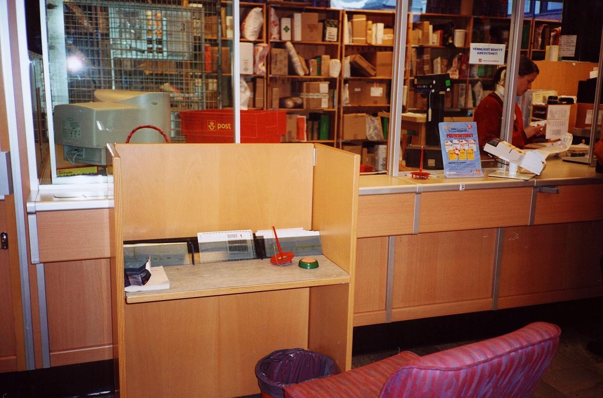 interiør, postkontor, 2000 Lillestrøm, skrivebord for publikum, blankettstativ med blanketter, skranke, pakker