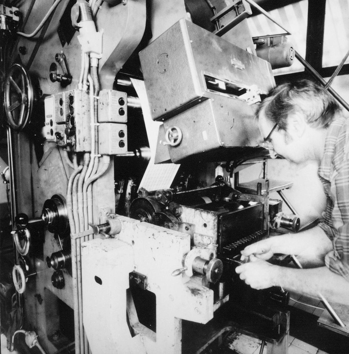 frimerketrykking, Norges bank Seddeltrykkeriet, fargejustering, ståltrykkmaskin, en mann står ved maskinen