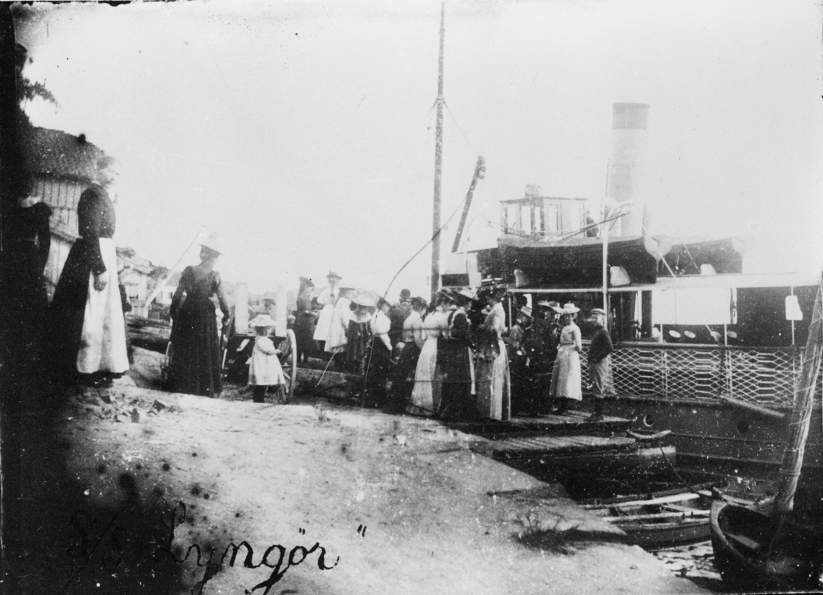 transport, båt, Lyngør, postbåt, rute Risør-Tvedestrand, ved kai, mennesker