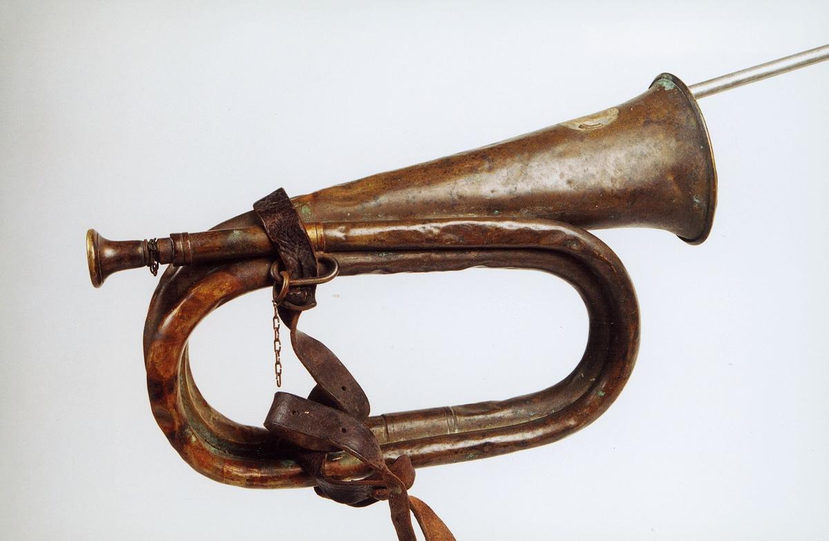 Postmuseet, gjenstander, posthorn, trompettype, lærrem, lenke.