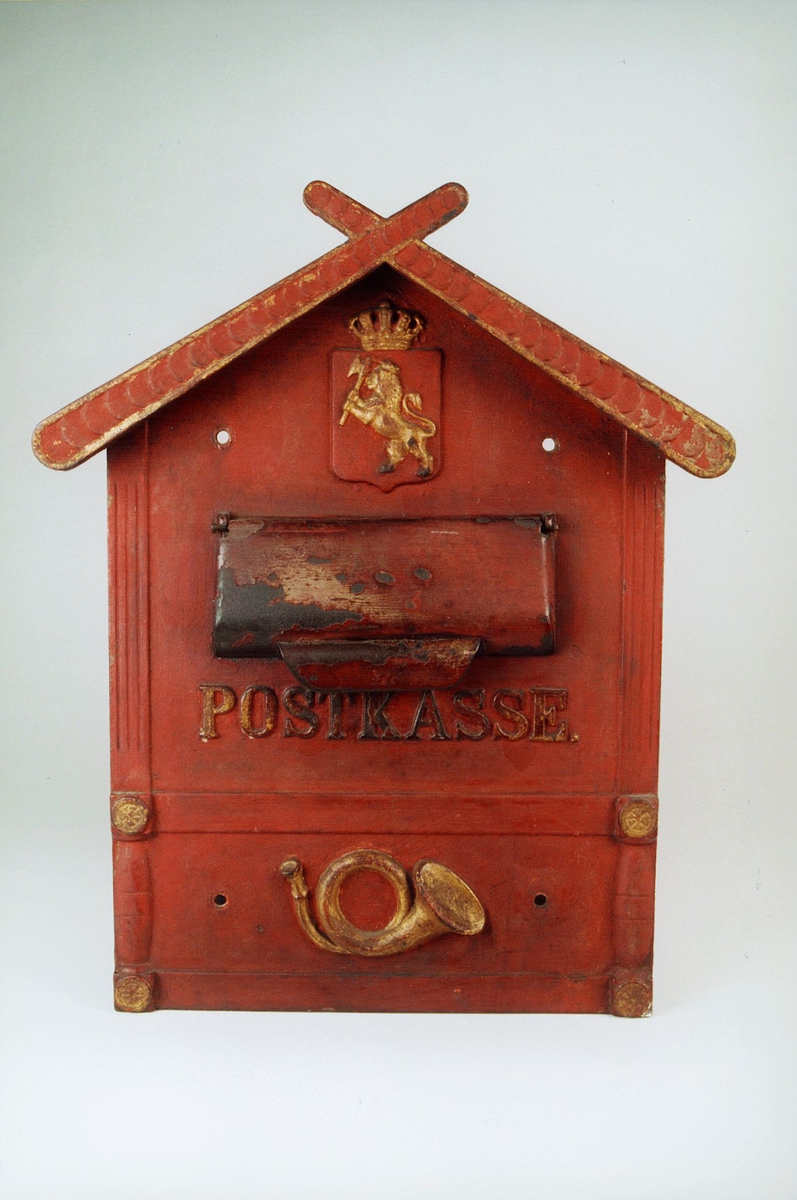 Postmuseet, gjenstander, postkasse, brevkasse, postinnkast formet som et hus, riksløve med krone, posthorn (postlogo), Postkasse.